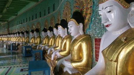 Statues dans un temple à Mandalay au Myanmar