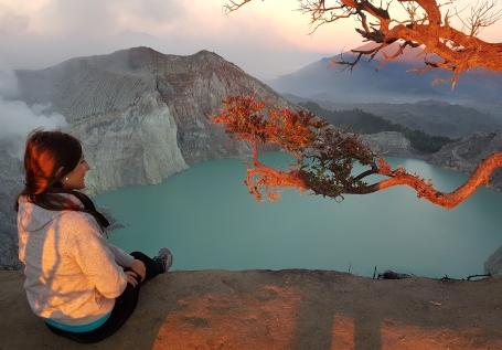 Lever du soleil sur le mont Ijen sur l'île de Java en Indonésie